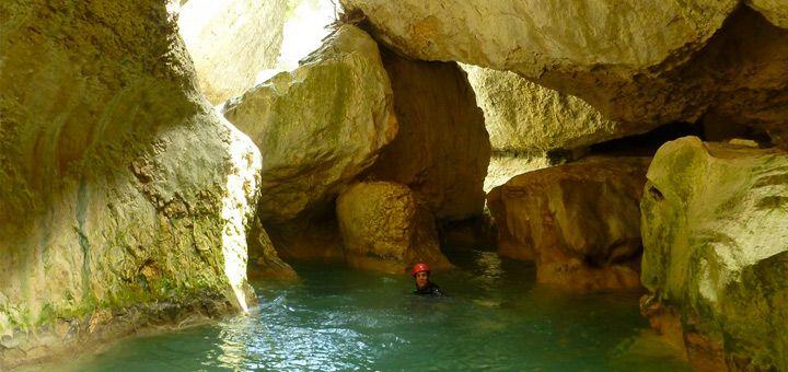 Descente du canyon Rio Vero prèes d'Alquezar en Sierra de Guara